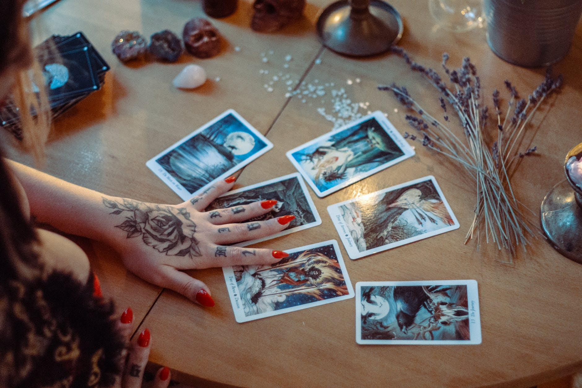 difference between tarot and oracle cards