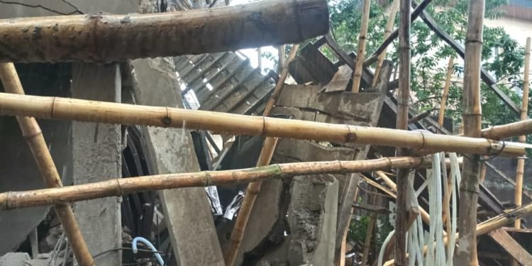 60 escape death as hotel collapses