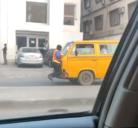 Danfo Driver Speeds Off With Policeman Clinging To His Car