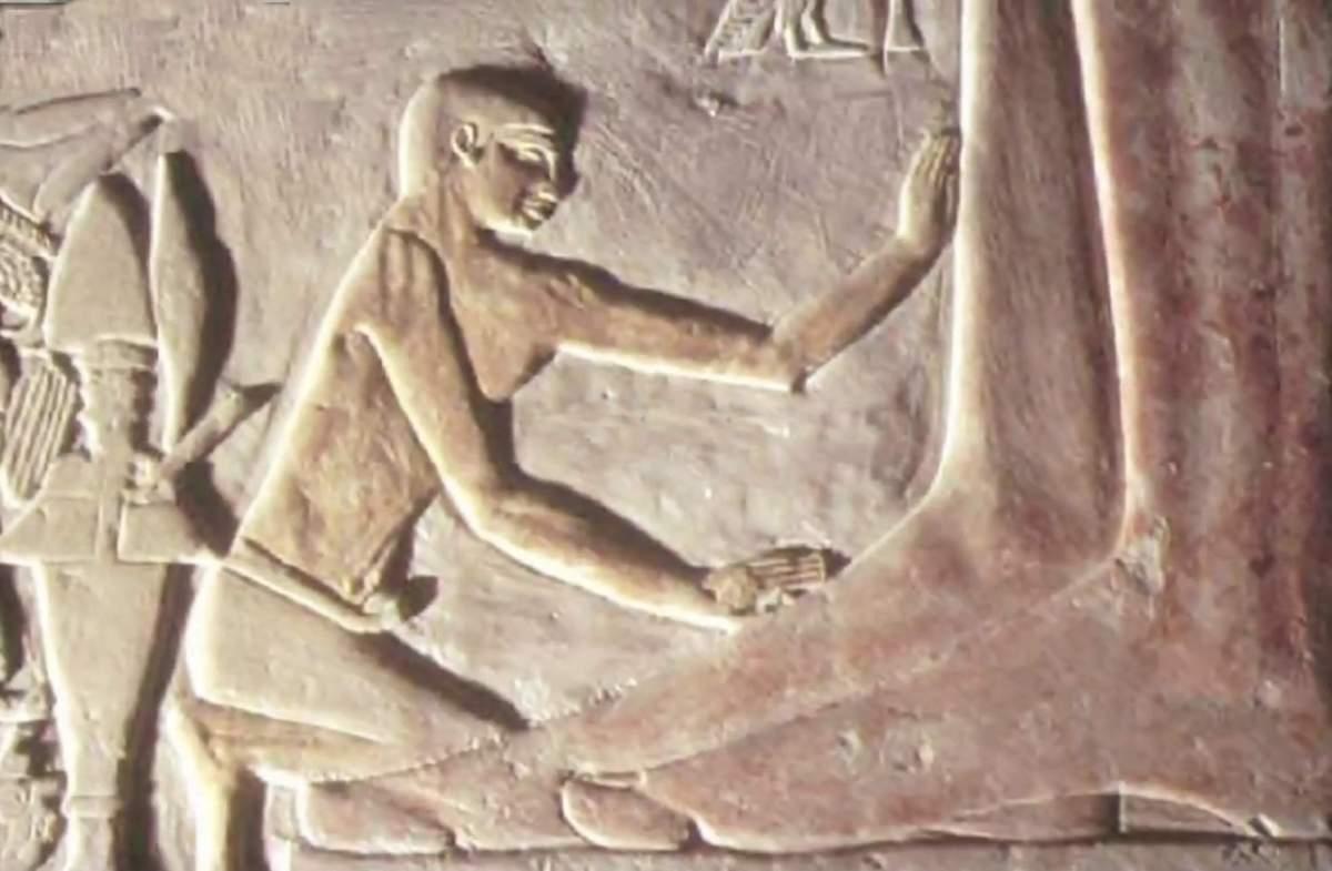 Um cara faz massagem para o rei gigante em suas pernas?