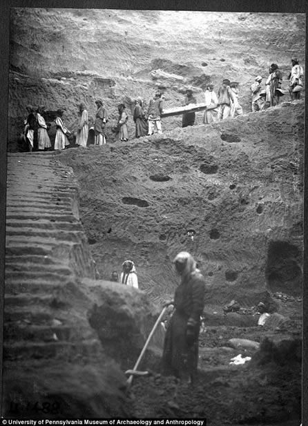 Foto de archivo que muestra el momento en que los trabajadores transportan a «Noé» fuera de su tumba en 1929/1930. Credito: University of Pennsylvania Museum of Archaeology and Anthropology.