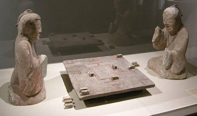 Dos figurillas de una tumba de la Dinastía Han Oriental (25-220 d.C.) jugando liubo.