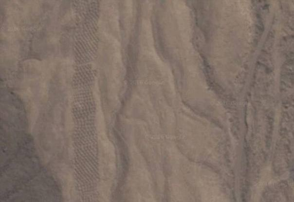 Los puquíos son diferentes de otra serie de orificios que pueden ser observados en el cercano Valle Pico (foto), los cuales habrían sido utilizados por los nazca como sistema de almacenamiento.