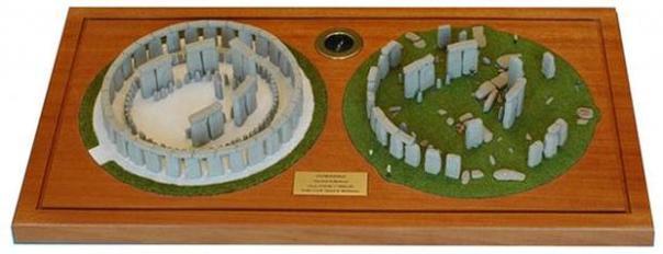 Las maquetas de Stonehenge realizadas por Lloyd Matthews: a la derecha, el famoso monumento megalítico en la actualidad. A la izquierda, su probable aspecto original.