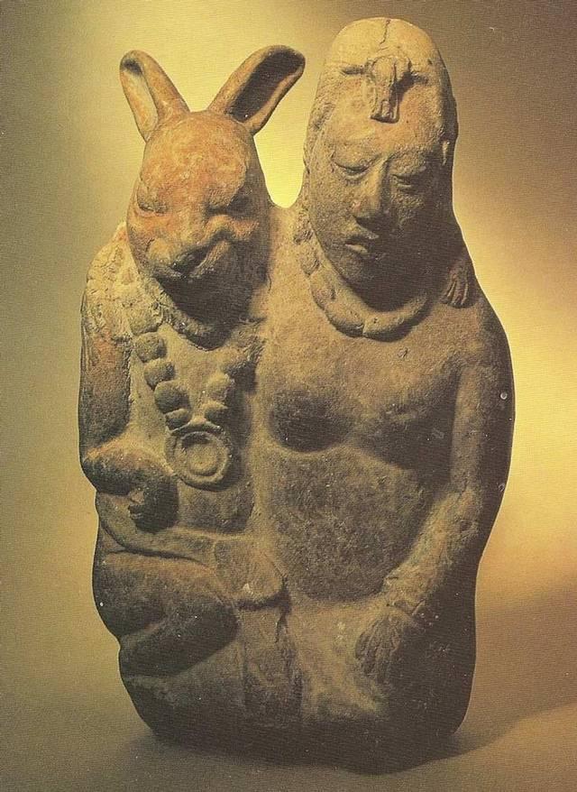 Antigua estatua de la diosa Eostre. El conejo es símbolo de la reproducción y fertilidad.