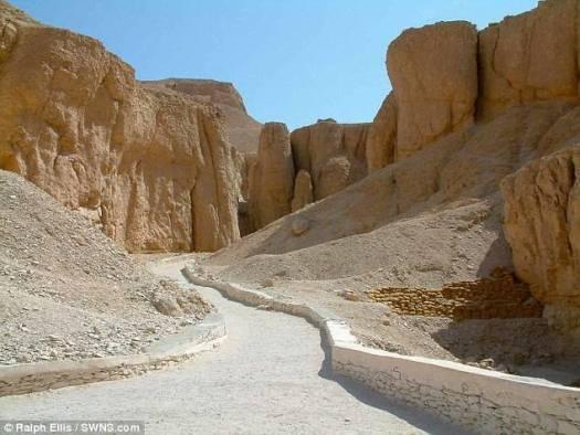 Ellis piensa que los gobernantes vecinos saquearon tumbas reales ubicadas en el Valle de los Reyes (foto) y las presentaron como «tributo» a Salomón/Sheshonq para evitar ser invadidos.