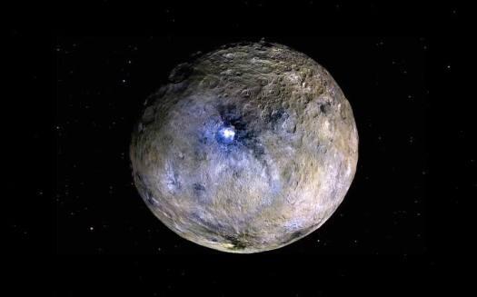 Con sus casi mil km de diámetro, Ceres es el mayor de los objetos del Cinturón de Asteroides que hay entre las órbitas de Marte y Júpiter, y su superficie está compuesta por una mezcla de hielo de agua y minerales como carbonatos o arcillas.