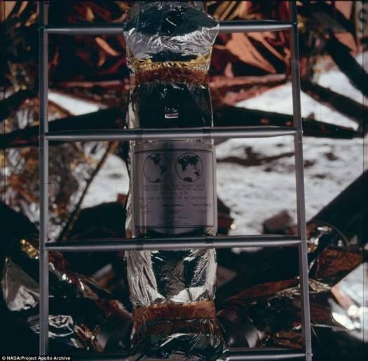 La placa dejada por los astronautas en la Luna.