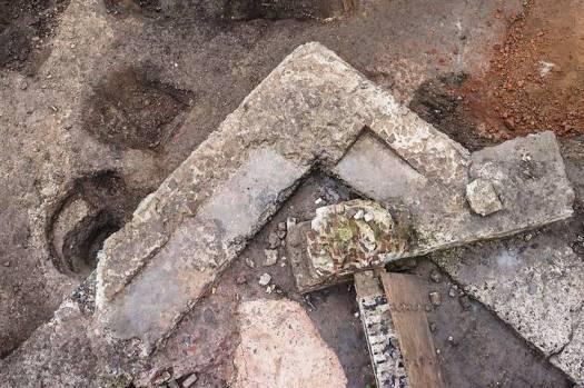 En esta fotografía se distinguen los nichos o huecos practicados en los muros interiores a intervalos regulares. Estos nichos, de 1,8 metros de anchura y unos 80 centímetros de profundidad, fueron concebidos para la recepción de los pergaminos.