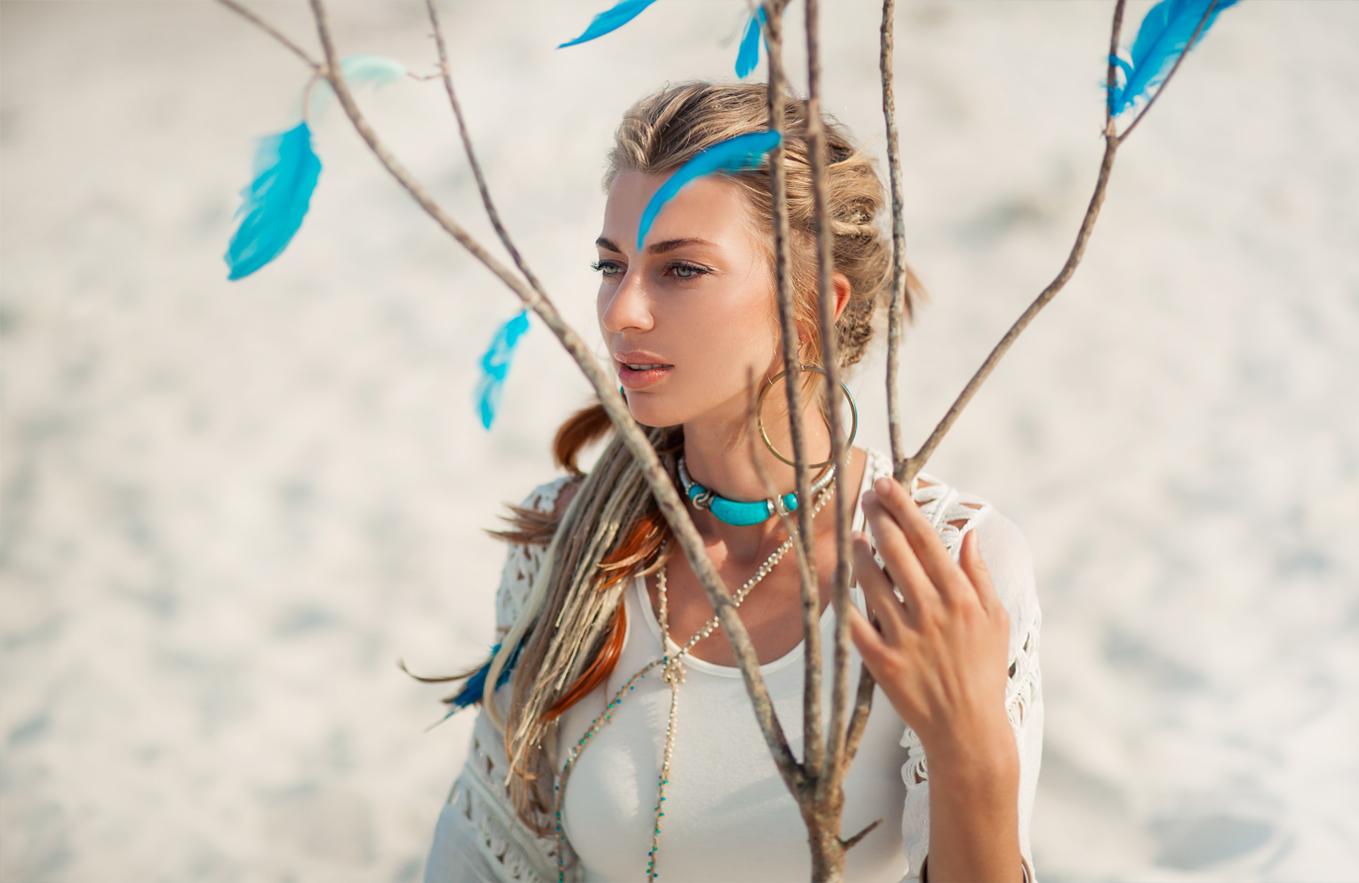 青い羽 女性