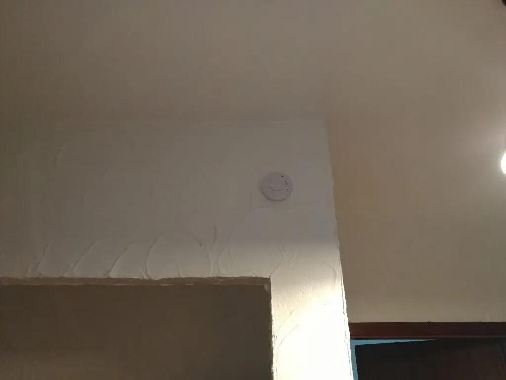 detector de fum instalat pe hol intre dormitoare si sufragerie - bucatarie