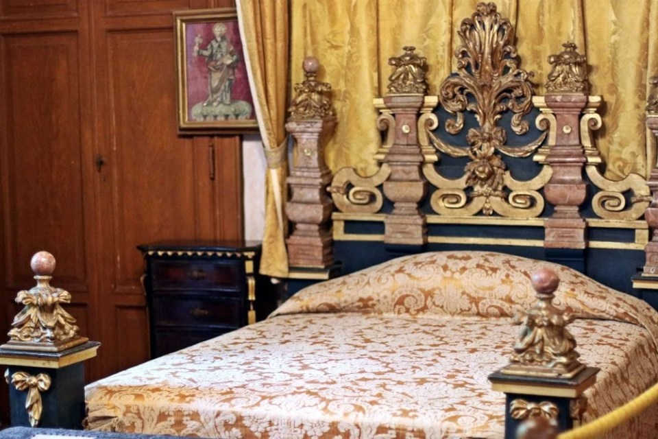 royal bed decor architecture