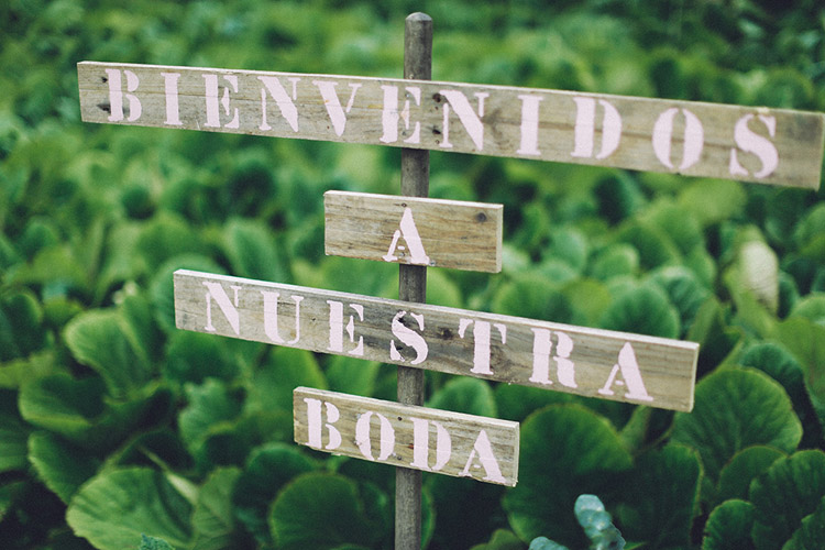 Welcome guests wedding wood sign. | More on: http://mysweetengagement.com/gorgeous-wedding-in-spain - Photo: David Fernández