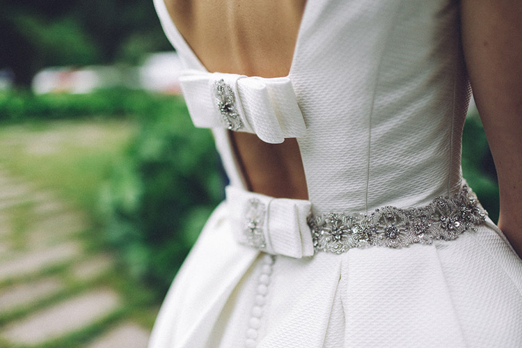 Stunning Rosa Clará wedding dress with back bows. | More on: http://mysweetengagement.com/gorgeous-wedding-in-spain - Photo: David Fernández