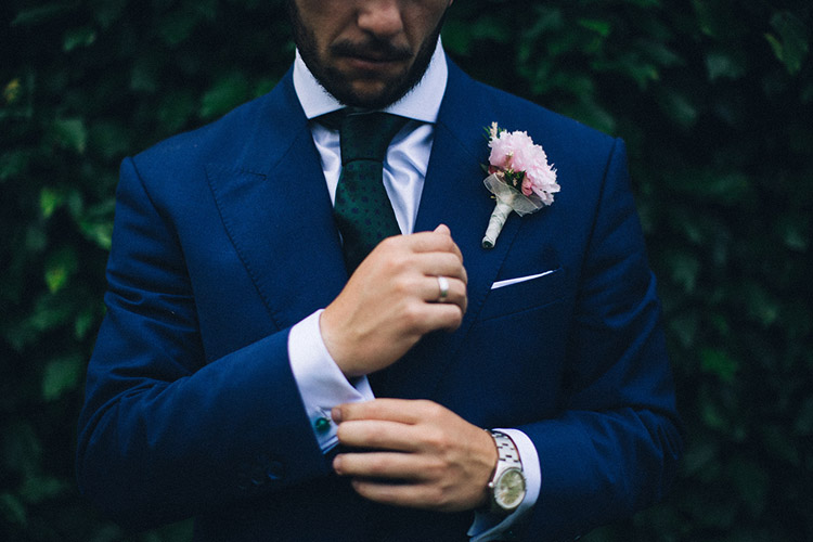 Navy blue and green tie - Groom portrait. Gorgeous wedding in Spain | More on: http://mysweetengagement.com/gorgeous-wedding-in-spain - Photo: David Fernández