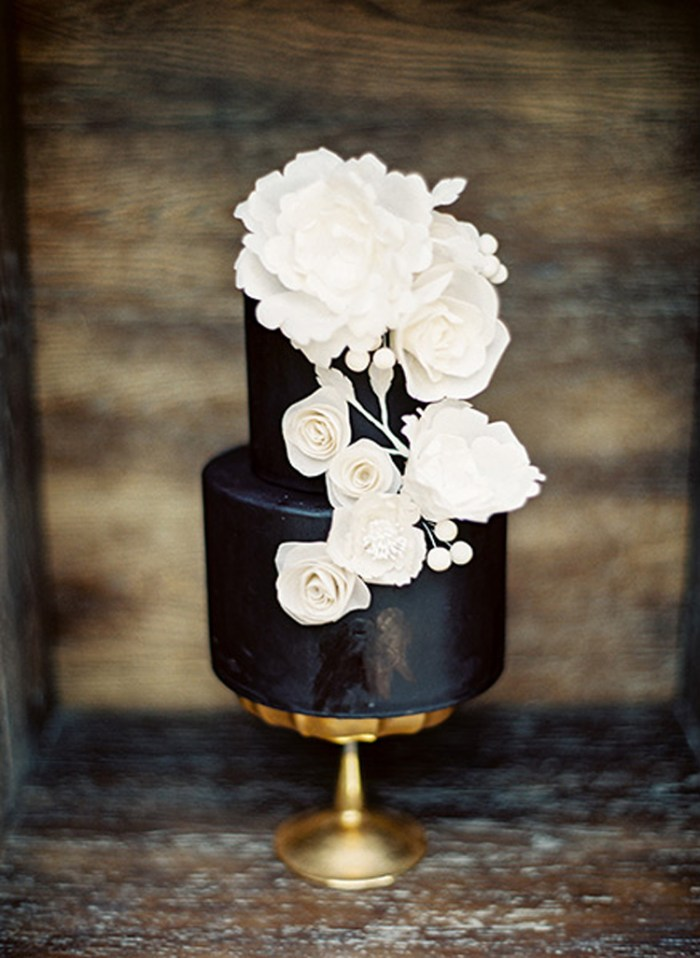 Black wedding cake with white and gold accents | See more: http://mysweetengagement.com/15-extraordinary-wedding-cakes-for-all-wedding-styles