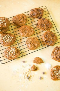 Vegan, gluten-free, refined sugar-free peanut butter, banana and oatmeal breakfast cookies | version with chopped raw peanuts | version with vegan dark chocolate chunks and flaky sea salt