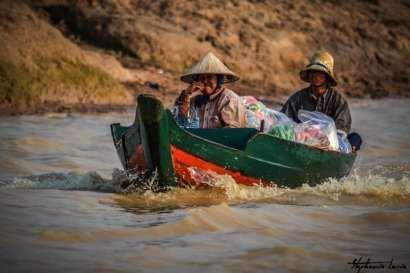 couple cambodgien sur le tonle sap