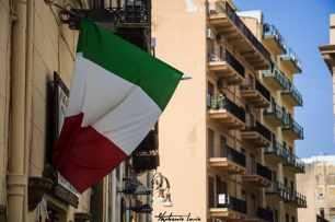 drapeau italien dans les rues de sciacca en sicile