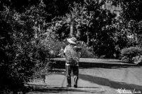homme marchant sur un chemin avec un panier sur le dos en thailande