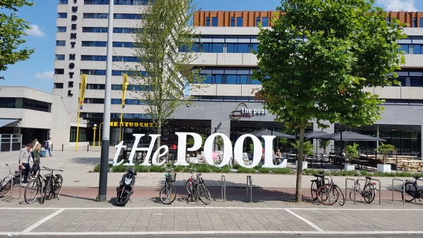 Vondelgym Deze hippe nieuwe gym opent binnenkort een vestiging op de Wibautstraat en naast keihard sporten kan je hier ook acaibowls eten. Met een uitzicht op zich in het zweet werkende mannen. Not bad at all.