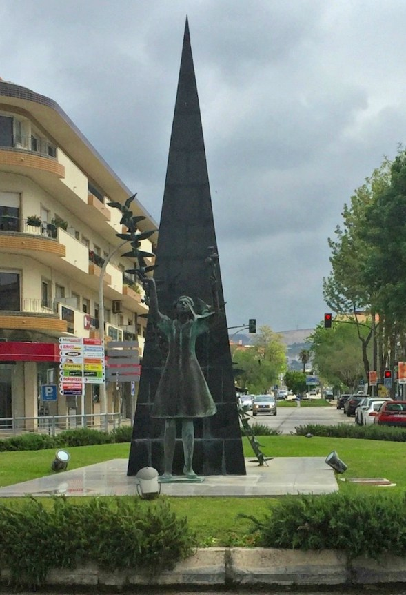 Statue in town....Pigeons in Pombal?