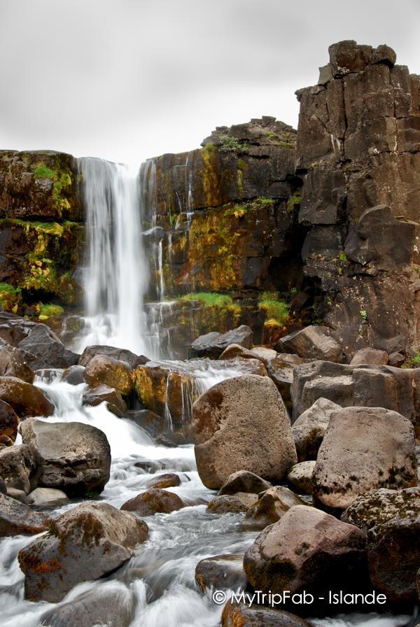 On peut atteindre cette cascade par une balade facile de quelques minutes sur un sentier aménagé soit depuis le centre d'informations soit depuis un parking à quelques centaines de mètres au dessus de la cascade et qui nous fait passer dans un superbe canyon
