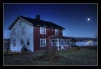 Fullmånen lyser över den öde gården och nejden. Klicka på bilden för att se originalet.
