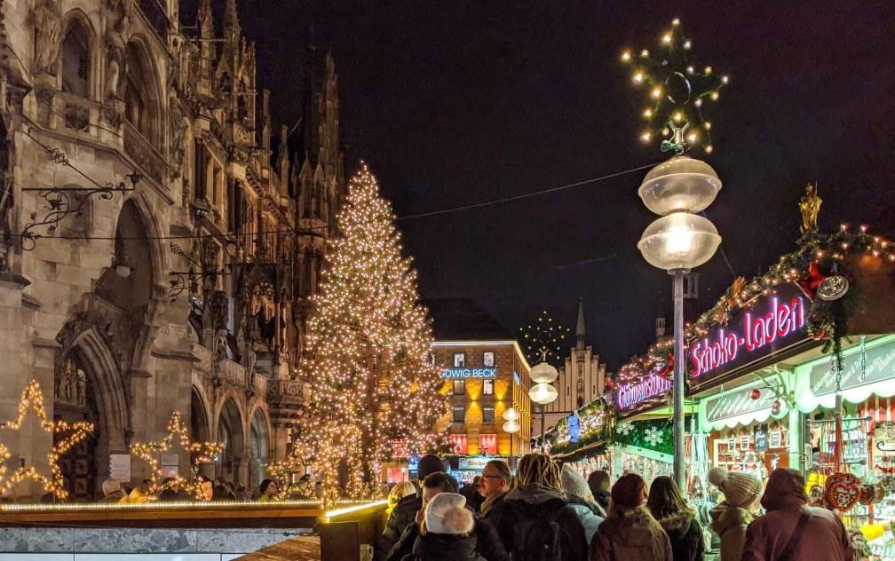 мюнхенская рождественская елка Лучшие рождественские рынки в Мюнхене Лучшие рождественские рынки в Мюнхене (путеводитель по 2020 году) munich marienplatz christmas tree