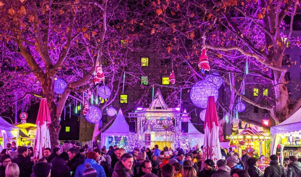 Розовая Рождественская ярмарка Лучшие рождественские рынки в Мюнхене Лучшие рождественские рынки в Мюнхене (путеводитель по 2020 году) munich pink christmas market