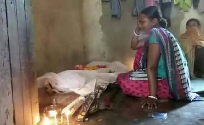 A helpless mother cries, as her 19 year old daughter is no more. She couldn't afford her treatment.