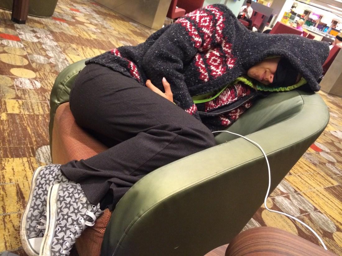 Ziek op reis slapen op luchthaven