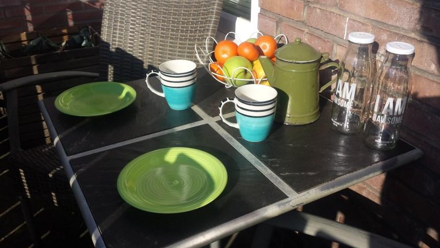 Buiten in de zon ontbijten