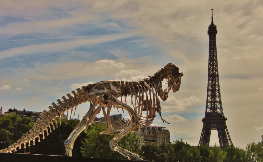 Chromen T-Rex onderweg naar de Eiffeltoren Parijs Frankrijk