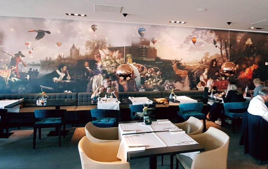 Hippe muurschildering in het restaurant