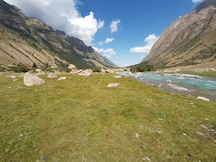 Kirgizië bergen kamperen tent paard rivier