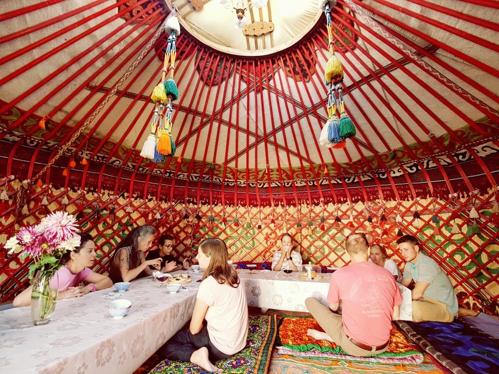 Diner in een yurt in Kirgizië