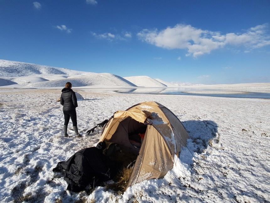 Kirgizië bergen kamperen tent paard sneeuw kou