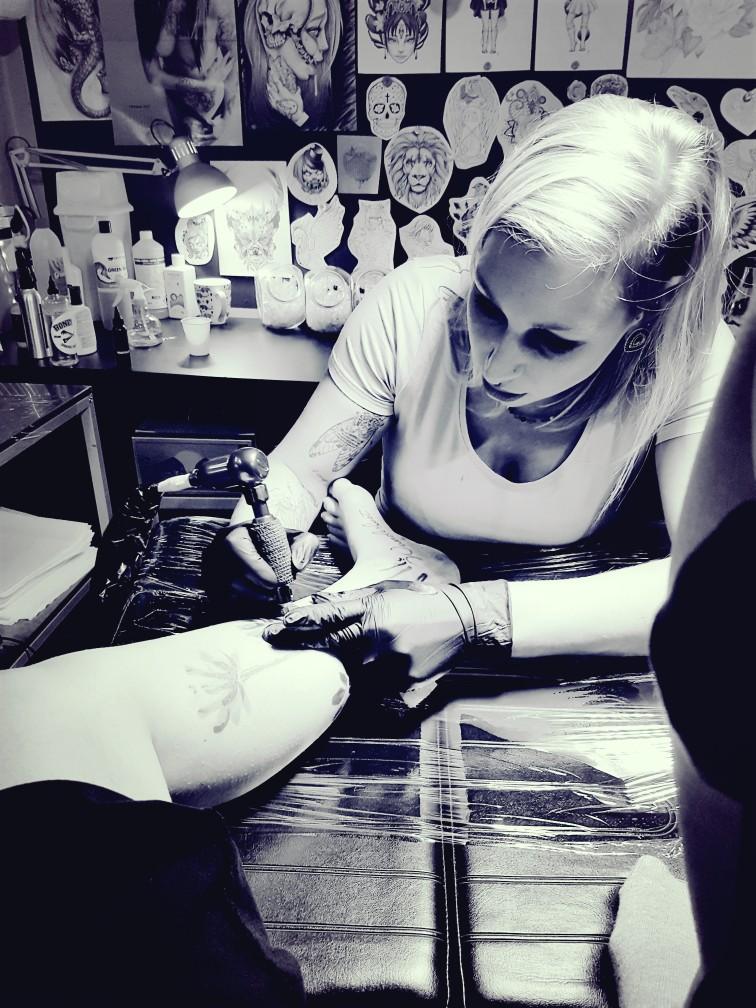 tattoo zetten tatoeage bloemen