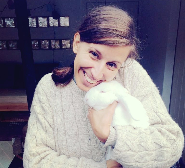 wit konijn knuffelen