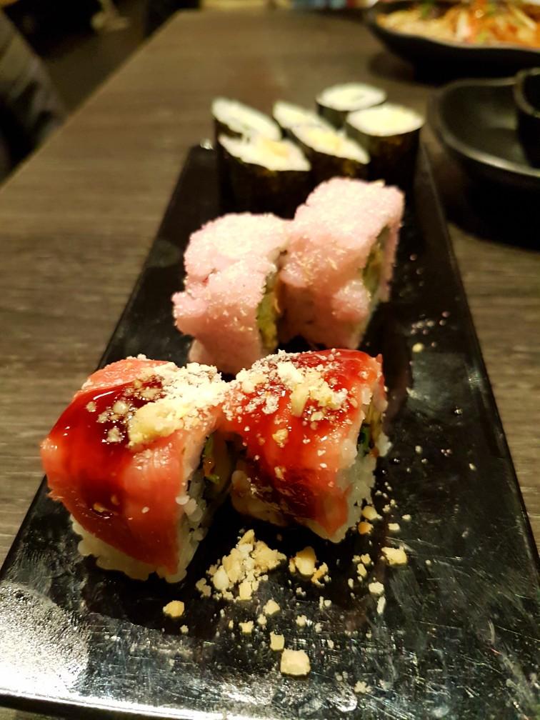 Zoete, roze sushi met tofu