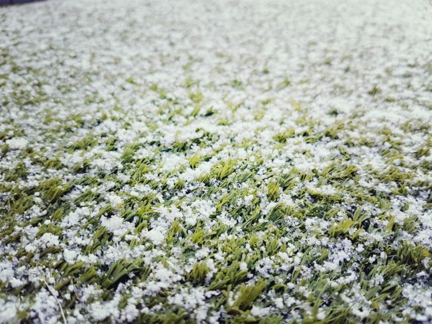 sneeuw op kunstgras