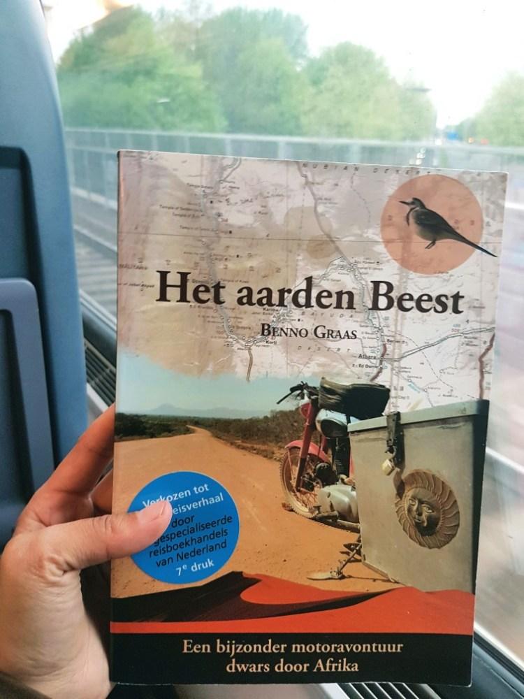 Het aarden beest boek in de trein