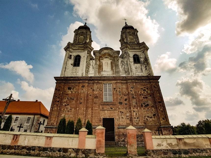 Oude vervallen kerk onderweg van Vilnius naar Riga