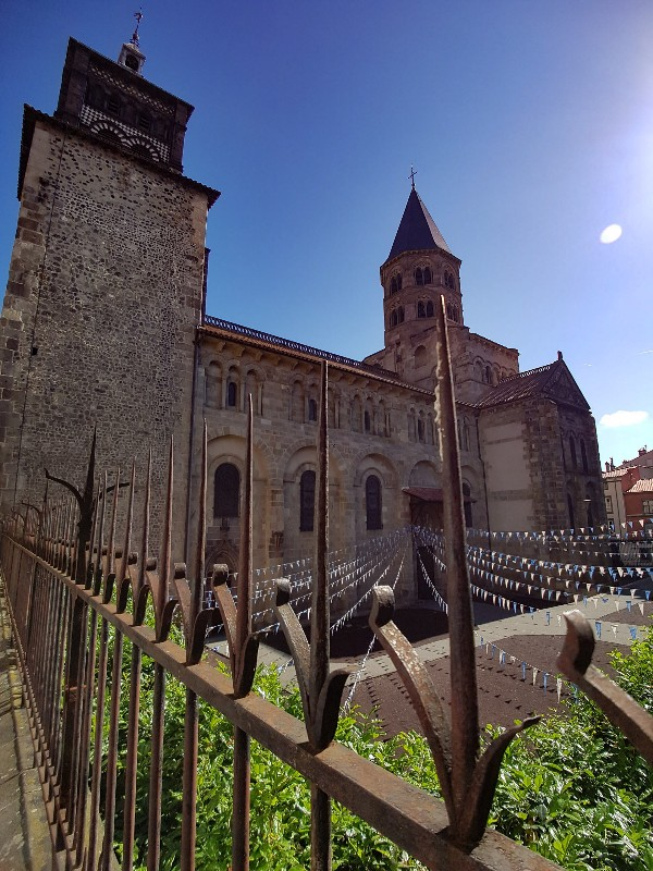 Basiliek Notre Dame du Port Clermont Ferrand Frankrijk