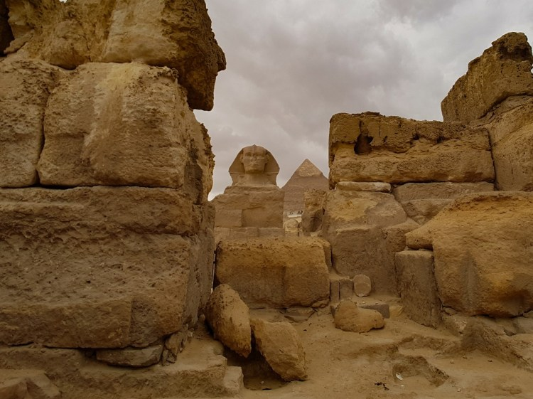 Piramide van Gizeh Cairo Egypte Sfinx tegen vallen teleurstelling