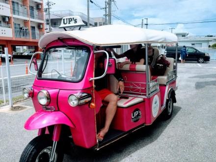 ピンクのトゥクトゥク