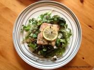 Łosoś pieczony z zieloną sałatką. Fillet of salmon with green salad.