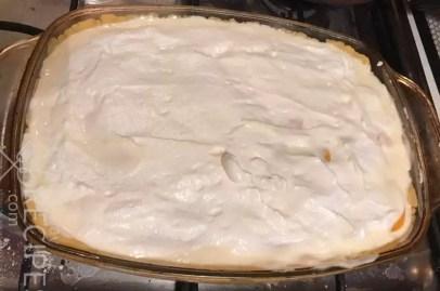 песочное тесто с творожной начинкой , персиками и взбитыми белками