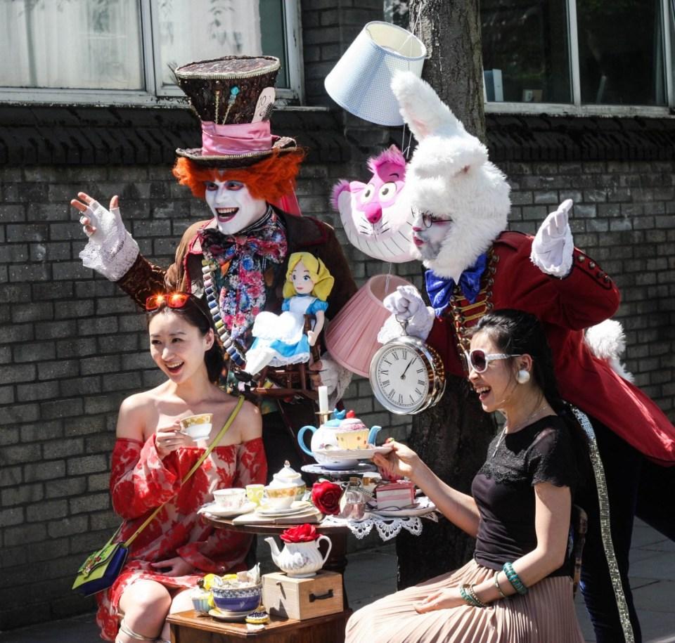 Street performers at the Portobello Road market